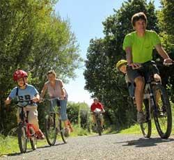 Famille en balade à vélo